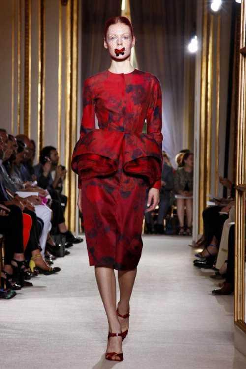 Основной акцент сделан на широких коротких юбках, которые напоминают то ли купола, то ли цветы с подвижными лепестками