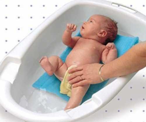Действительно, подать нужный предмет, взять ребёнка из ванночки, чтобы добавить горячей воды совместное купание малыша сближает молодых родителей