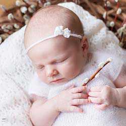 Играя в смотрелки с ребенком, вы обмениваетесь с ним эмоциями и развиваете его способность видеть и чувствовать