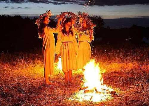 Венок плетется не только для пускания в воду, еще несколько венков оставляется, чтобы высушить и хранить дома, если в гости придет жених