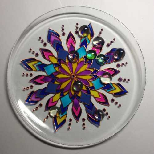 После того, как краска на декоративной тарелке высохнет, вы можете закрепить ее лаком