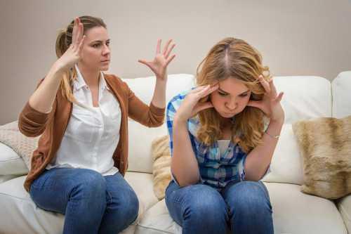 Кроме сознательного, целенаправленного воспитания, которое дают ему родители, на ребенка воздействует вся внутри семейная атмосфера, причем эффект этого воздействия накапливается с возрастом, преломляясь в структуре личности