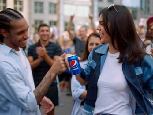Кендалл Дженнер снялась в новом рекламном видео Pepsi видео