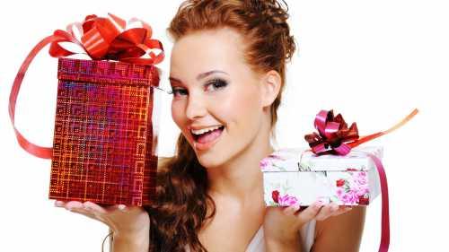 Мужская сумка этот подарок потребует затрат, так как сумку покупать лучше кожаную, чтобы она не потрескалась в ближайшее время