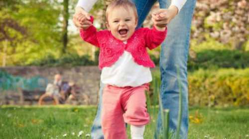 Малыш должен быть физически готов к горшку уверенно стоять, ходить, спокойно сидеть около минут, более двух часов оставаться сухим