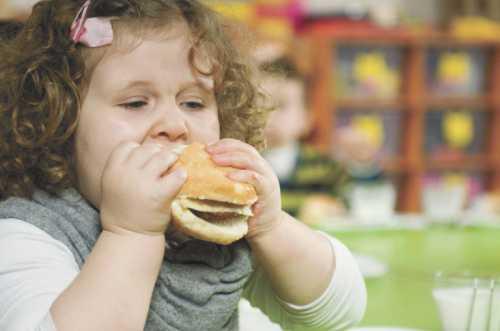 Вы можете давать ребенку кисло молочную продукцию с минимальным содержанием жиров