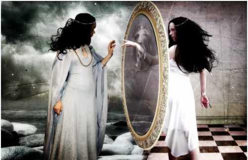 Связь отражающей поверхности и души присутствует в православной религии, по которой в доме, где есть покойник недопустимо присутствие зеркал