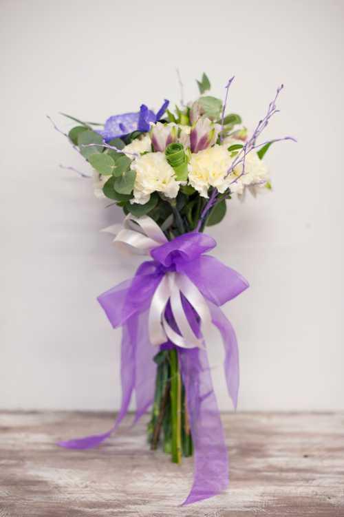 На зимнюю свадьбу стоит собирать композиции из белых или бежевых роз, лилий или орхидейвесна сезон нежности, не навязчивости, яркости
