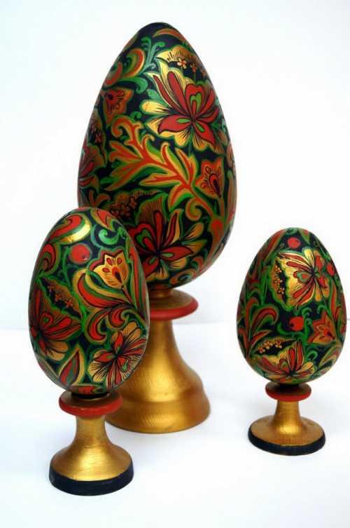 Деталь внешнего корпуса яйца, скрывающая сюрприз, обычно крепилась на пружинных шарнирах, которые сконструированы таким образом, что при нажатии кнопки или собачки она плавно открывалась