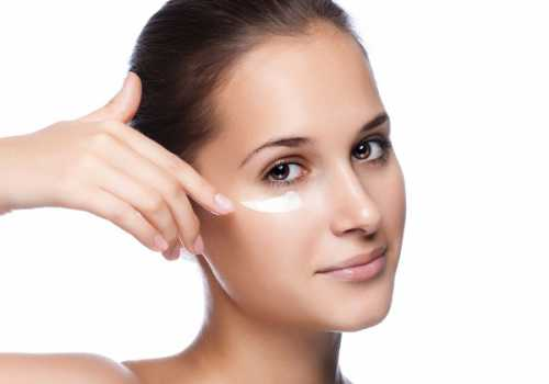 Прежде всего, нужно помнить, что наносить крем нужно подушечками пальцев легкими постукивающими движениями от внешнего уголка глаза к внутреннему, чтобы меньше растягивать тонкую кожу