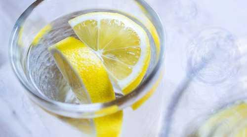 Правда, нередко дело доходит до фанатизма, и лимонная вода начинает употребляться вне всякого графика чуть ли не литрами
