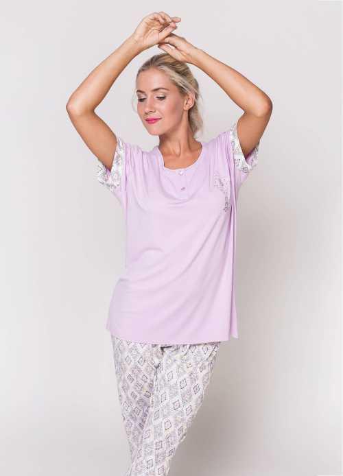 В отличии от пижамы может иметь карманы, застежку на кофте или утепляющий начёс