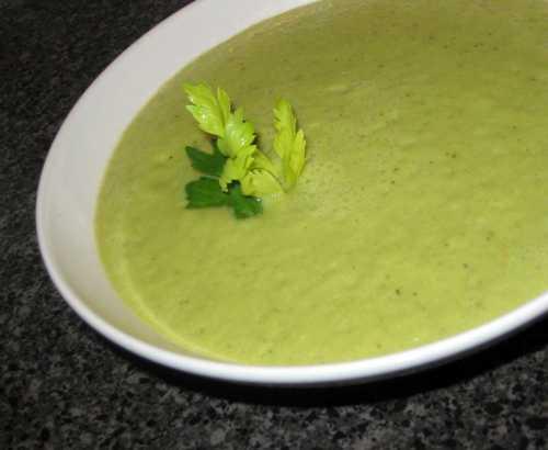 Главные компоненты, этосельдерей, сырые овощи, зелень, можно добавить грецкий орех илиизюм, для заправки можно брать не жирную сметану, йогурт, кефир, сыворотку