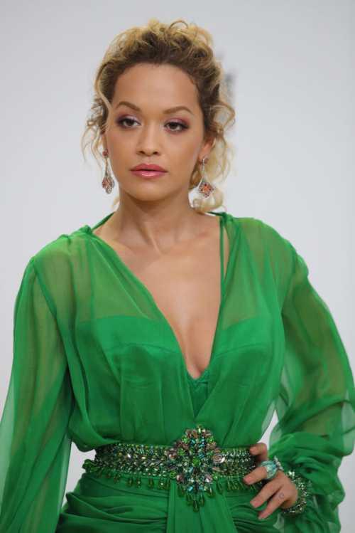 Образ дня: Рита Ора в изумрудном платье от Versace