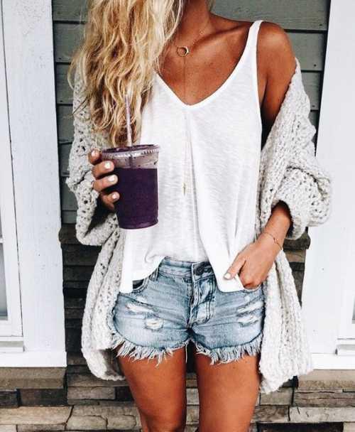 С ними прекрасно выглядят джинсовые рубашки с длинным или коротким рукавом, футболки поло, блейзеры