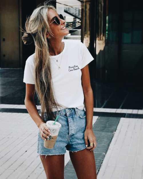 Сочетать такие шорты можно с однотонными не обтягивающими футболками, спортивными кроссовками или кедами
